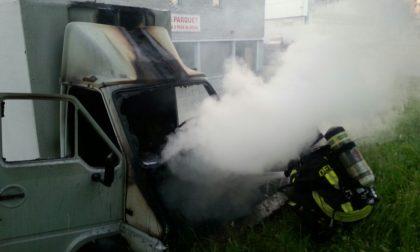 Brucia furgone a Mariano Comense. LE FOTO