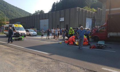 Giovane motociclista tampona un pick-up: è grave