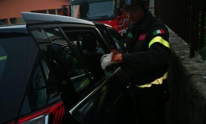 Bimba chiusa in auto: la liberano i Vigili del Fuoco
