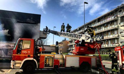 Auto in fiamme sulla Tangenziale di Como. FOTO