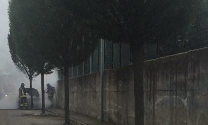 Autovettura prende fuoco a Carugo