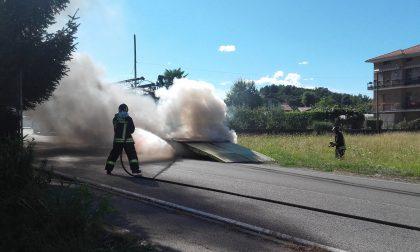 Rimorchio prende fuoco, illeso il conducente. FOTO
