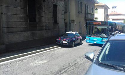 Donna minaccia di buttarsi da un palazzo a Cantù