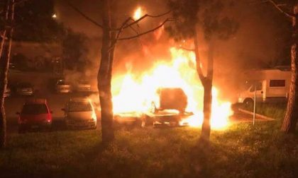 Alba di fuoco a Ponte Lambro, in fiamme tre veicoli