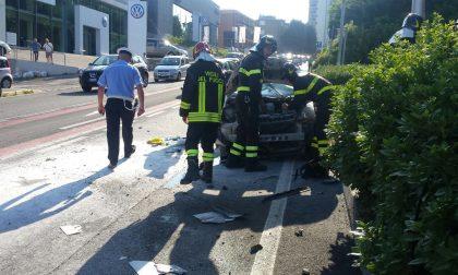 Incidente a Lipomo, auto esce dalla carreggiata. FOTO