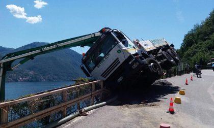 Camion contro il guardrail ad Argegno. FOTO