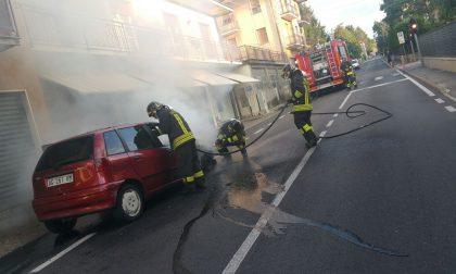 Auto prende fuoco a Capiago Intimiano
