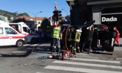 Incidente a Como con ribaltamento: diverse persone coinvolte
