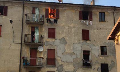 Scoppia la bombola del gas: fiamme in un appartamento