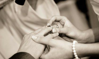 Sposi su un autocarro: il matrimonio atipico di Cristian e Natasha STORIE SOTTO L'ALBERO