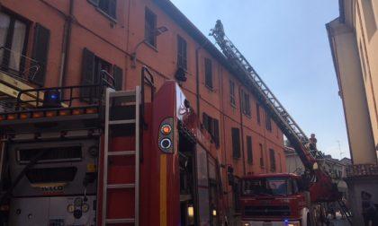 Incendio nel sottotetto di via San Rocco, appartamenti Aler inagibili