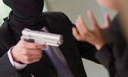 Rapina in farmacia minacciato il farmacista con una pistola