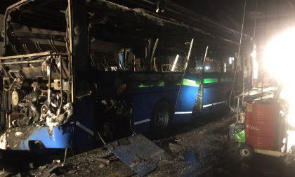 Fiamme nella notte, si incendia un bus a Tavernola. FOTO