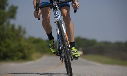 Ciclista finisce a terra sulla Regina a Moltrasio: paura per un 18enne