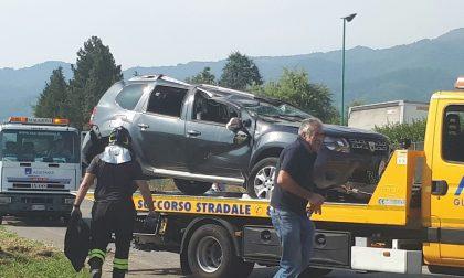 Incidente ad Alzate. Auto fuori strada, grave il conducente. FOTO