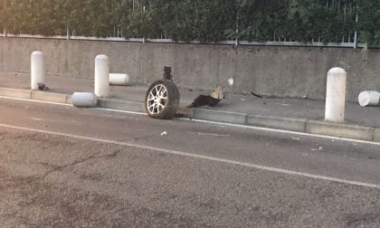 Auto si schianta contro i panettoni della pista ciclabile a Perticato. FOTO