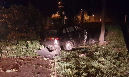 Pauroso schianto tra gli alberi: auto finisce fuori strada