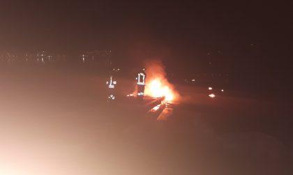 Incendio a Rogeno: a fuoco il pontile a lago