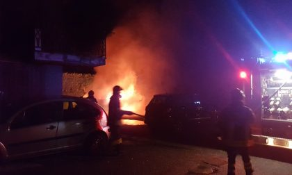 Auto in fiamme: notte di fuoco a Ponte Lambro. FOTO