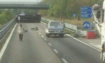 Camion ribaltato sulla SS36, spunta il video di un automobilista