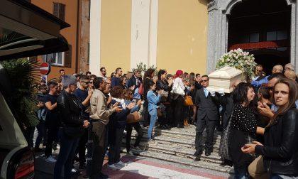 L'ultimo saluto a Clara Trezzi: l'abbraccio della folla