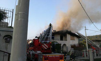 Incendio a Cantù: tetto in fiamme. FOTO