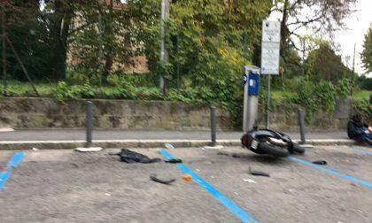 Incidente in via Milano, scooter a terra