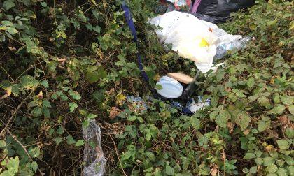 In tre beccati sorpresi a gettare i rifiuti di casa nei cestini: multati