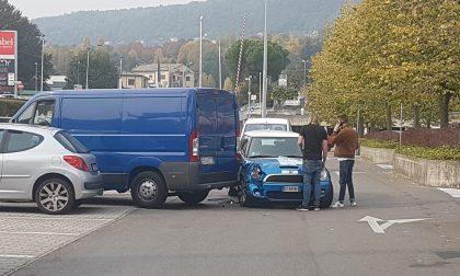 Erba, incidente nel parcheggio del centro commerciale
