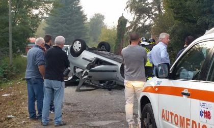 Incidente sulla Novedratese: auto si ribalta. Strada chiusa. FOTO