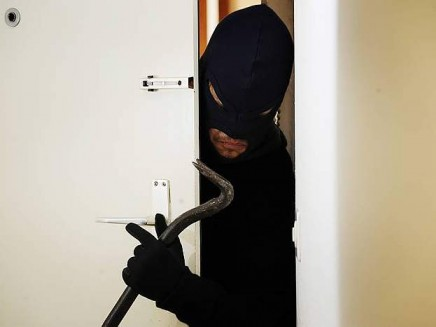 Furto a Carimate: si intrufolano in casa, prendono le chiavi e rubano la macchina