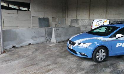 Auto bloccata sui binari poliziotto salva i passeggeri
