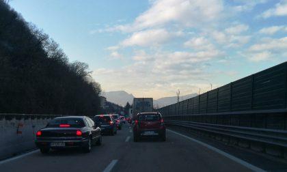 Dogana svizzera riaperta: permane la coda di tir sulla A9