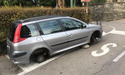 Pneumatici spariti l'auto resta senza ruote