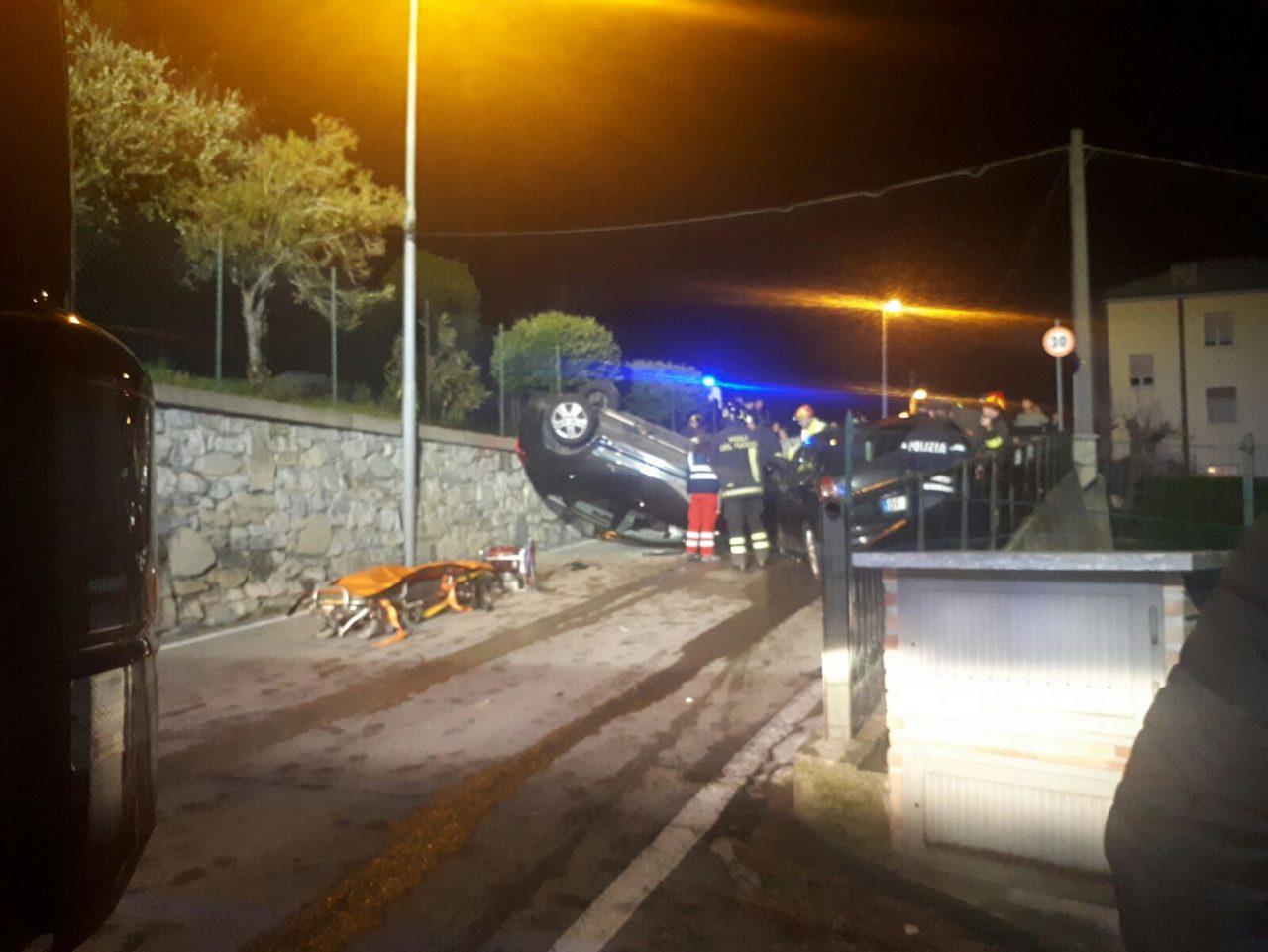 Auto ribaltata dopo lo scontro in centro paese a Cesana