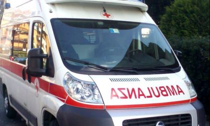 Cade dalla bici a Como, trasportato in ospedale