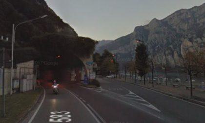 Lavori sulla Regionale  Lariana galleria di Parè chiusa di notte per cambiare le lampade