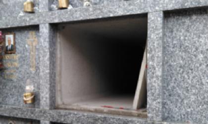 Ladri cimitero via con una lastra di marmo