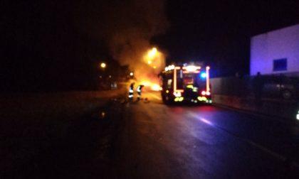 Auto in fiamme intervengono i Vigili del fuoco