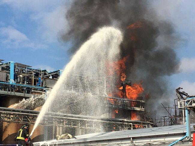 Esplosione e incendio in una fabbrica che tratta rifiuti