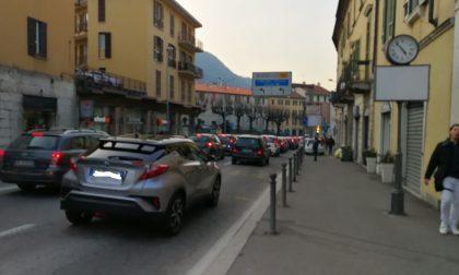 Traffico, Como corre ai ripari per i weekend d'estate: ordinanza con misure spot, dalla chiusura di via Milano a quella di viale Geno