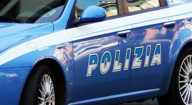Ruba nelle auto parcheggiate di fronte alla Questura: arrestato 49enne