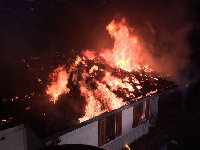 Impressionante incendio a Carlazzo: brucia una casa FOTO E VIDEO