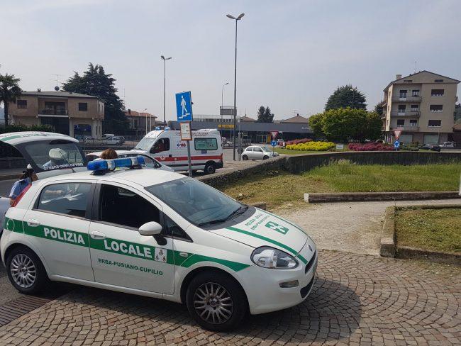 Auto ribaltata incidente in rotatoria a Erba