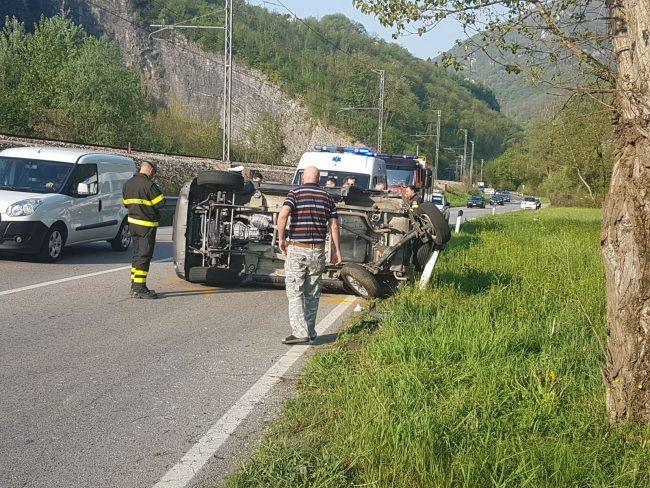Incidente sulla Provinciale auto si ribalta e investe pedone FOTO e VIDEO