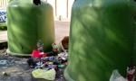 Abbandona rifiuti lungo la strada: beccata