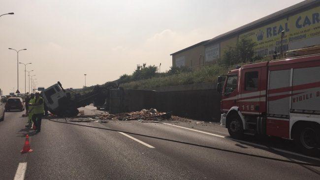Camion si ribalta sulla SS36: traffico in tilt da ore