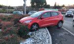 Incidente a Lurate Caccivio, finisce con l'auto sul marciapiede FOTO e VIDEO