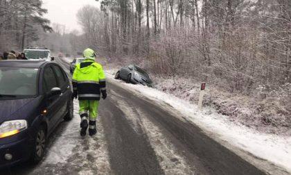 Neve sulla strada via per Alzate chiusa al traffico