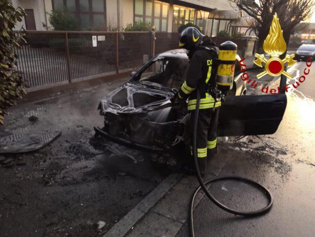 Auto prende fuoco a Cantù, ustionato il conducente FOTO
